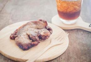 refeição de bife de porco com uma bebida
