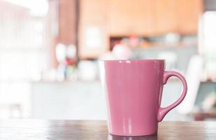 caneca rosa em um café