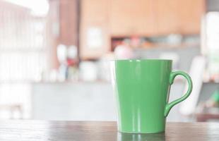 caneca verde em um café foto