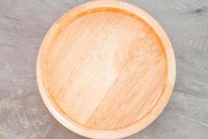 placa de madeira em um fundo cinza foto