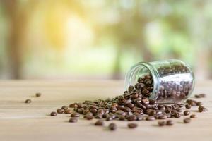 grãos de café torrados em garrafas de vidro