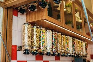 melbourne, austrália, 2020 - pendurar distribuidores de doces em uma loja