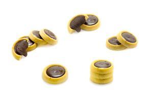 biscoitos de chocolate no fundo branco foto