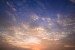 céu e nuvens ao pôr do sol foto
