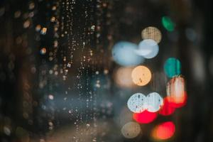luzes bokeh e gotas de chuva foto