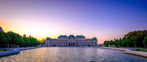 palácio ao pôr do sol foto