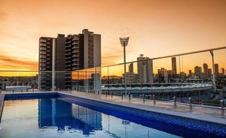 melbourne, austrália, 20200 - uma piscina no telhado