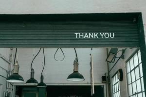 São Francisco, Califórnia, 2020 - sinal de agradecimento na porta de uma garagem em um café foto