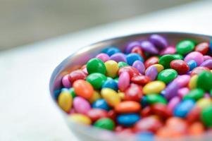 chocolates coloridos em close-up da tigela
