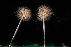 fogos de artifício dourados no céu noturno