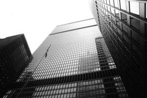 toronto, canadá, 2020 - escala de cinza de um prédio alto foto