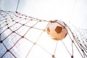bola de futebol voa para a rede do gol