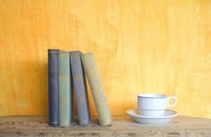 livros e uma xícara de café