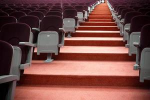 assentos de auditório e escadas foto