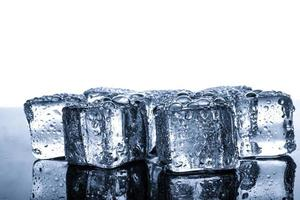 cubos de gelo com gotas de água