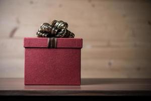caixa de presente com fundo de madeira foto