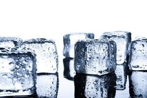 close-up de cubos de gelo molhado em um fundo mínimo