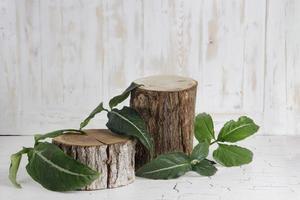 pequeno baú de madeira para colocação de produtos foto