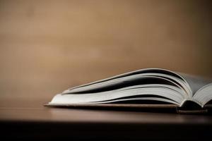 close-up de um livro aberto em uma mesa de madeira