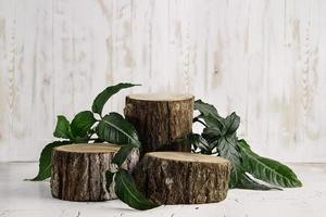 pódio de toco de madeira para colocação de produtos foto