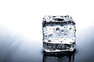 cubo de gelo com gotas de água