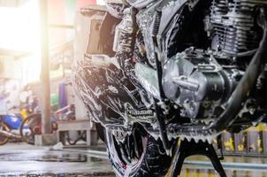 close-up de uma motocicleta sendo lavada