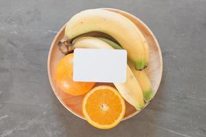 cartão de visita em branco em uma tigela de frutas