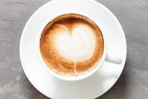 xícara de café em um fundo cinza
