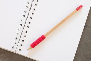 caderno em branco com um lápis