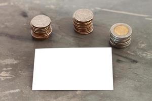 cartão em branco com moedas