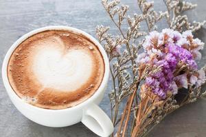 café com leite e flores