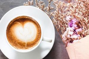xícara de café com lindas flores violetas