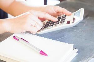 close-up de uma pessoa usando uma calculadora foto