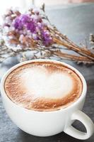 xícara de café com flores secas