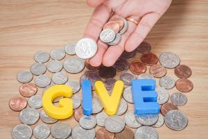 dê o alfabeto com uma mão segurando moedas