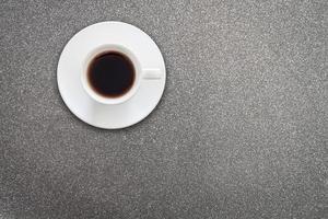xícara de café branca em um fundo cinza