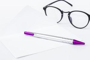 envelope com caneta e óculos foto