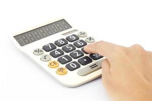 mão empurrando números em uma calculadora foto