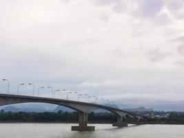 céu nublado sobre uma ponte