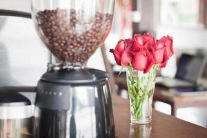grãos de café e flores