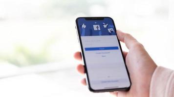 chiang mai, Thailand 2020 - editorial ilustrativo do apple iphone x com o aplicativo do LinkedIn na tela
