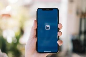 chiang mai, Thailand 2020 - editorial ilustrativo de um xs de telefone com aplicativo do LinkedIn na tela