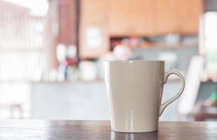 xícara de café bege em um café