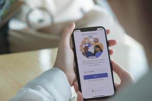 editorial ilustrativo de 2020 de chiang mai, tailândia de funcionário de casa usando a plataforma social de equipes da Microsoft