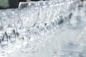 taças de vinho vazias em fila