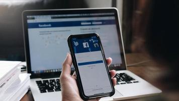 chiang mai, tailândia Editorial ilustrativo de 2020 de uma mulher segurando um iphone x com o Facebook do serviço social de internet na tela