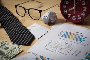 espaço de trabalho empresarial com gráfico de papel, gráfico e dinheiro