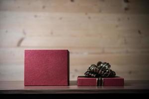 pequena caixa de presente com fundo de madeira foto