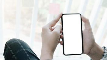 mulher segurando uma tela em branco do telefone inteligente foto