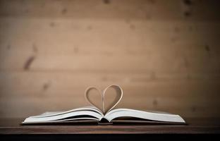 páginas de um livro formando a forma do coração